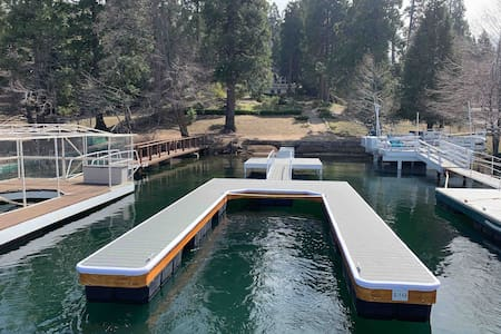 Lakefront-dock, beach, jacuzzi, village, fast WiFi