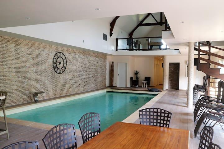 Maison 300 m² piscine intérieure 30 kms Versailles