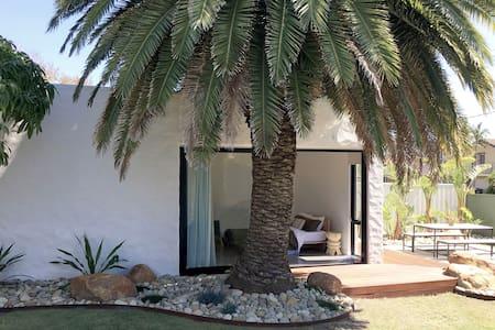 Luxury studio villa - walk to beach
