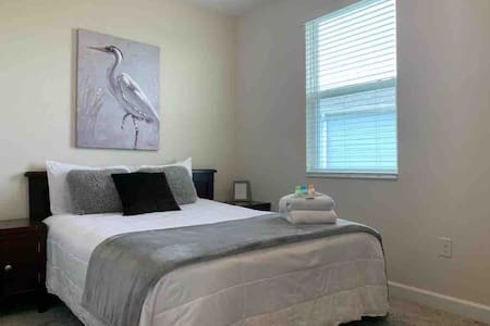 CLEAN AND QUIET ROOM NEAR DISNEY AND PARKS!!