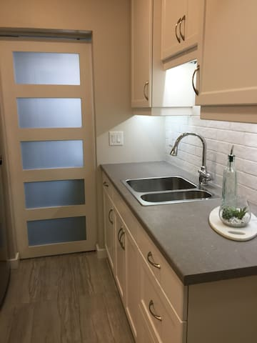Beautiful renovated guest suite close to downtown.