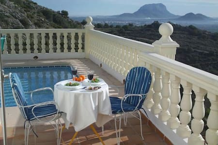 Amazing views in tranquil location