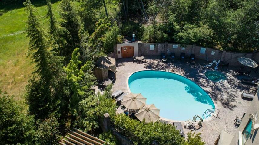 Minutes Driving to the Beach! Great Unit, Pool