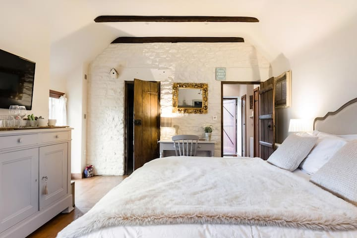 Detached Luxury Ensuite Bedroom @ The Little House