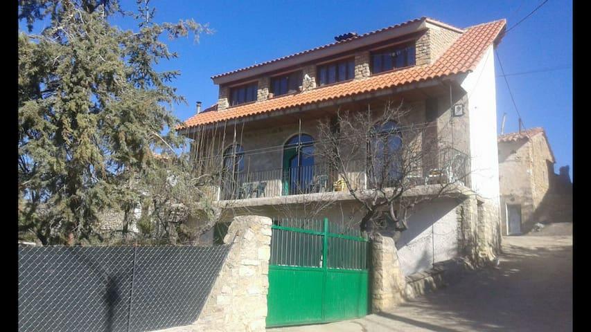 Villarroya de los Pinares的民宿