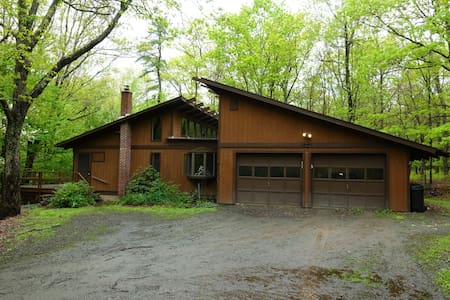 Nature getaway in the Poconos with Hot Tub & Sauna