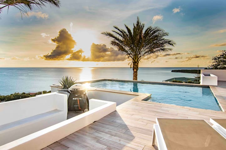Luxury villa with pool and sea view, 10 persons.