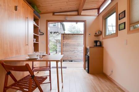 Sunny Tiny House, Deck, Garden & Parking