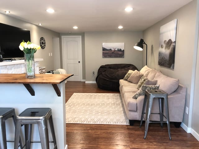 2Bed Close to Everything Bright Open Concept Suite