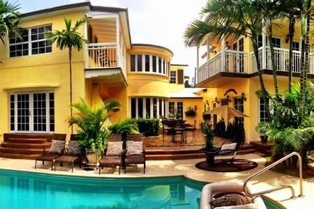 Fort Lauderdale Paradise! Walk to Beach & Dwntwn