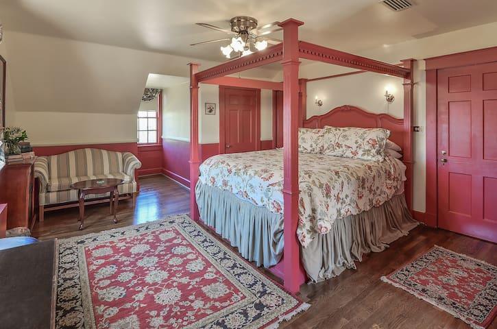 Anniversary/Honeymoon King Suite with Gourmet Breakfast - Cedars B&B