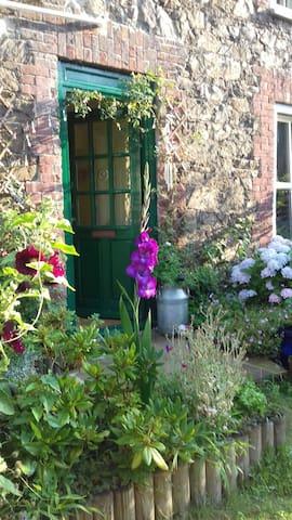 2 Room Studio in a Beautiful Granite Cottage