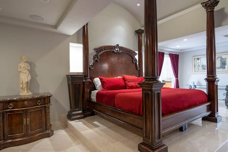 The Emperor's Suite – Central Houston Luxury