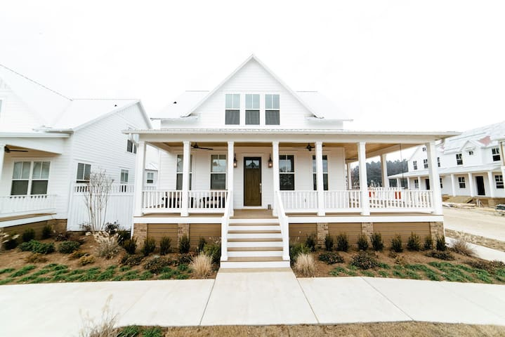 Beautiful brand new 3 br home minutes from airport