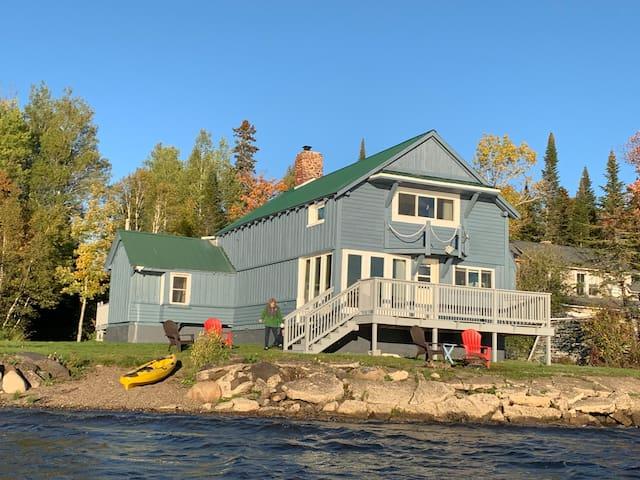 Relax INN - Whimsical lakeside cabin - renovated!