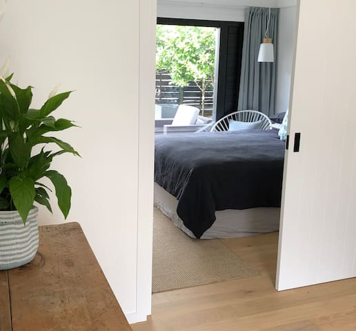 Stylish and new - 200m from Milford Beach