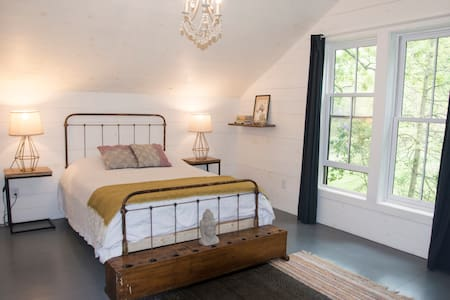 Kapitan's Cottage: Eco-Converted Catskills Retreat