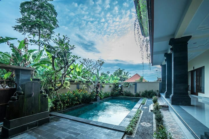 Saputra Guesthouse| Deluxe Double W/Ac & pool view