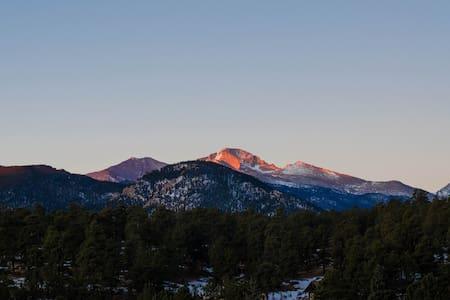 Peaks & Pines Mtn Views, Walk to Town, Updated