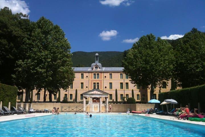 Montbrun-Les-Bains的民宿
