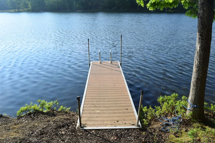 Fresh bright Lakefront Cottage, beach, pool, dock