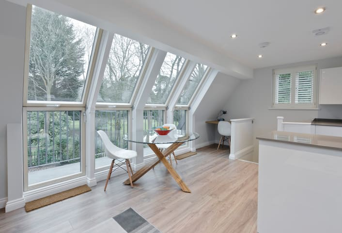CONTEMPORARY HOUSE  SLEEPS 5 - WINDLESHAM nr Ascot