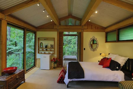 Romantic Bush Chalet - Kauri Chalet