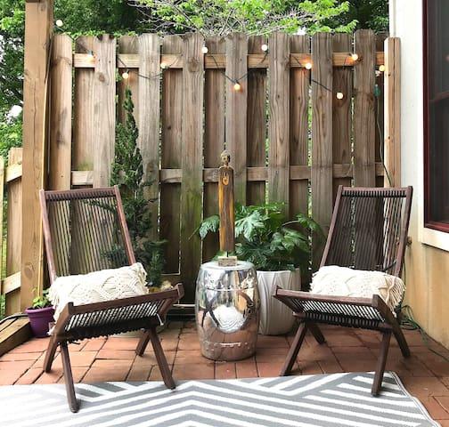 The Zen Den - lush green space w/ private entrance