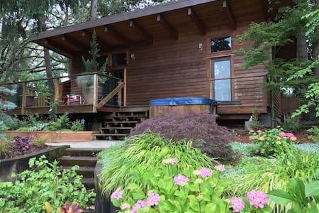 Douglas Fir Cottage - peaceful getaway near U of 0