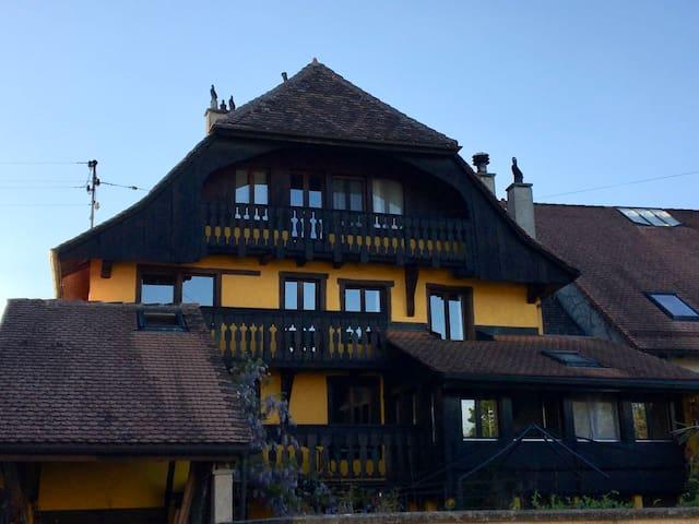 Séjour dans une maison rustique, pleine de charme.
