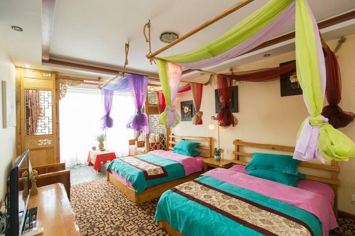 双廊双景精品客栈之流水静家庭房。两张一米五的大床,空间宽敞明亮。紧挨南诏风情岛码头与玉玑岛