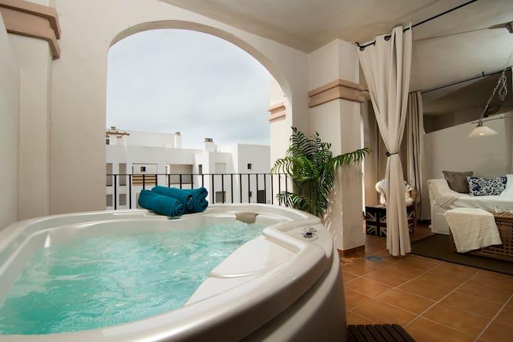 3 Bed, Free WiFi, Jacuzzi in Mijas!