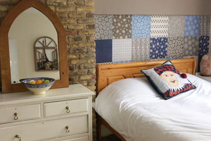 Large Bright Room, King Size Bed, Centre of Cork