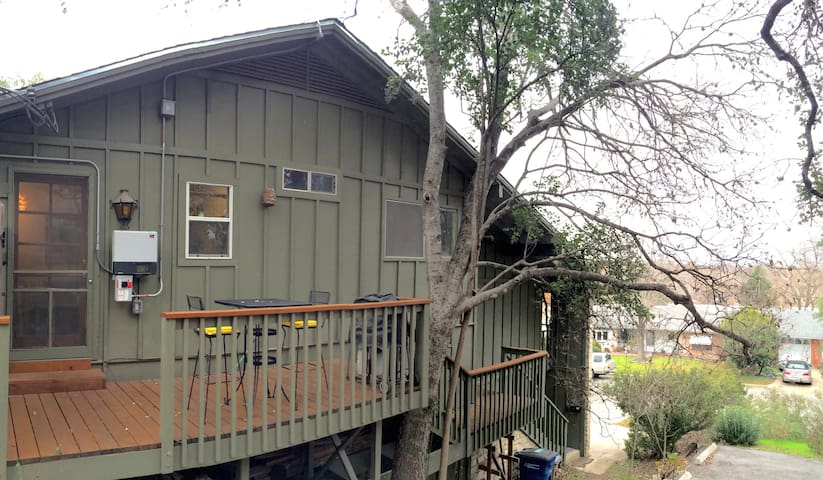 Tucked Away SoCo Treehouse - 78704