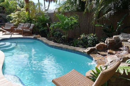 Twin Palms: Big house steps to beach, private pool