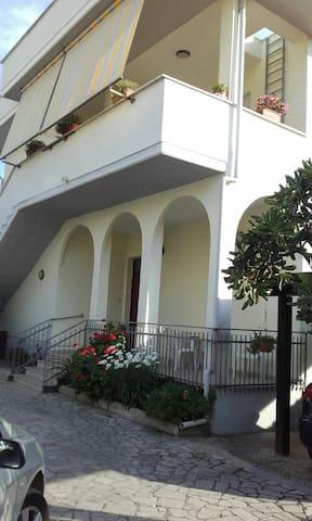 Ampia villa + giardino vicinissima al mare