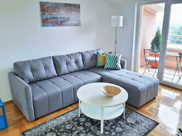 New Modern & Cozy Center Apartment | Blue Station