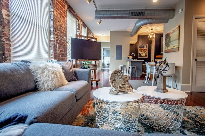 ***Downtown Condo***Committed to Clean***