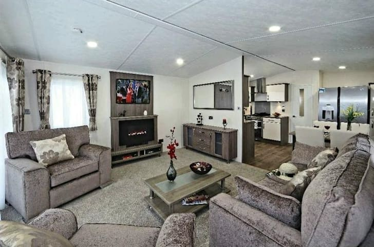 Luxury 6 berth holiday Home at Sand Le Mere  MW14