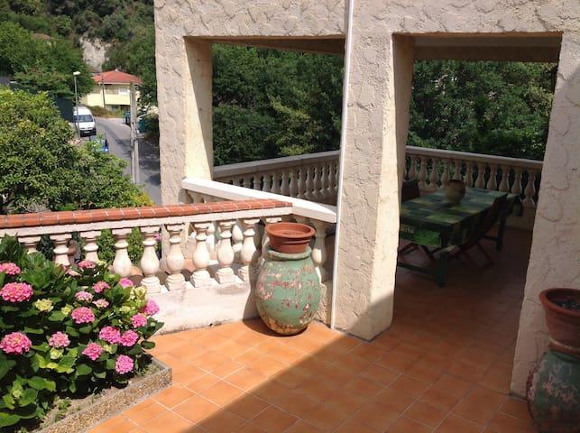 T2 dans villa avec une grande terrasse et parking
