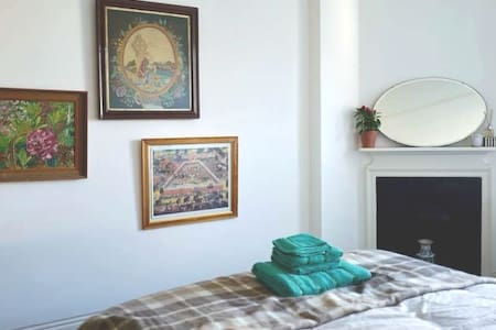 Cosy West End room by tube, Superhost, fast wifi