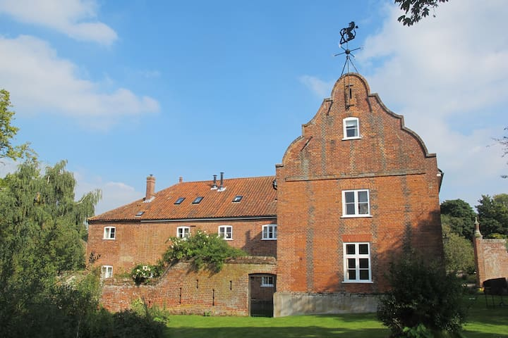 Waterside Cottage, stunning country views, Norwich