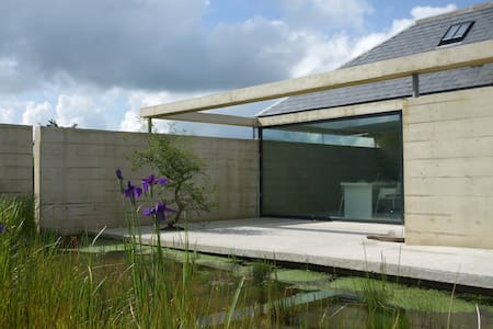 MODERNIST COTTAGE WITH HOT TUB