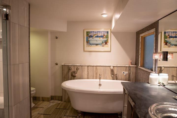 Lux Spa w/ Cedar Sauna Steam Shower and Jetted Tub