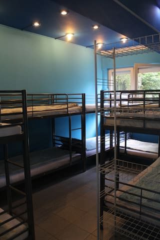 Bunk-bed room for 10 people with common bathroom