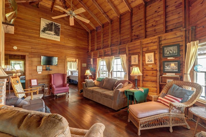 Picture-perfect lakefront cottage w/ a shared tennis court & dock!
