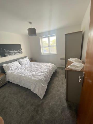 Immaculate 2 Bed, 2 Bath Apartment CF31 j36/j37 M4