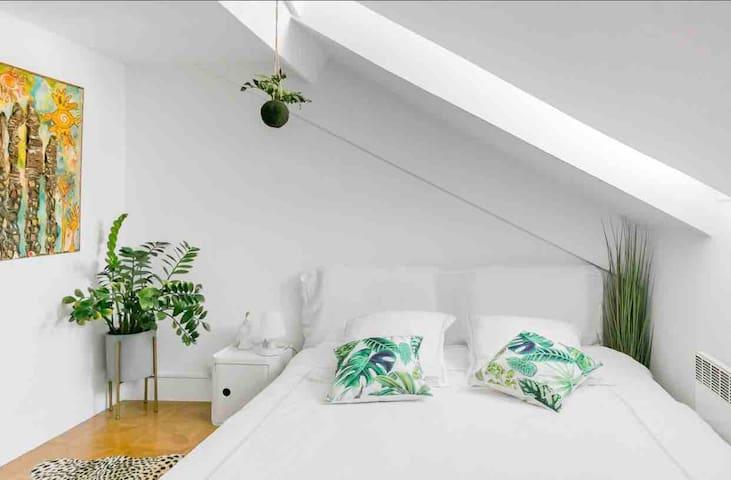Designed Jungle Room  in CENTER, 3 min SEA