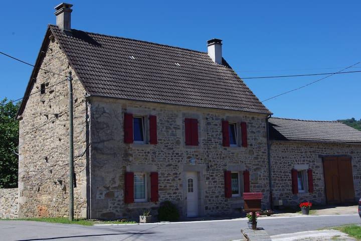 Saint-Quentin-la-Chabanne的民宿