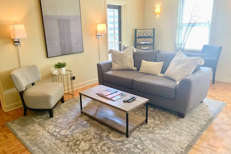 12K Lovely Downtown Condo. Walk to Everything!